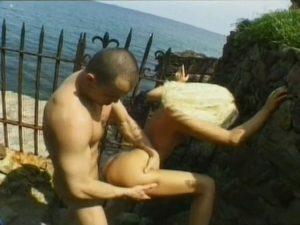 Une sodomie douloureuse en plein air pour une blonde salope
